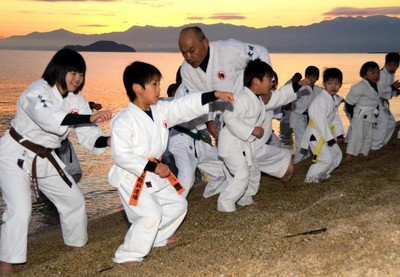 今治の海岸で日本拳法寒稽古|愛媛新聞ONLINE